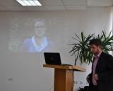 Krzysztof  Hołyński - Moderator dyskusji, w tle wystąpienie Agnieszki Mosiniak-Chołdrych - Specjalistki ds. zrównoważonego rozwoju Kompanii Piwowarskiej SA z Poznania